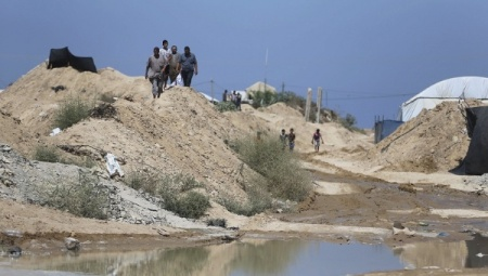 Palestinians inspect the damage after Egyptian forces flooded smuggling tunnels dug beneath the Gaza-Egypt border, in Rafah in the southern Gaza Strip September 18, 2015. | Photo: REUTERS/Ibraheem Abu Mustafa
