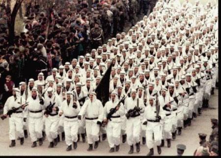 La Brigata del bosniaco esercito musulmano Al-Quada-linked 'El-Mujaheddin' sfilano nel centro di Zenica in Bosnia centrale, nel 1995 portando la bandiera nera della jihad islamica